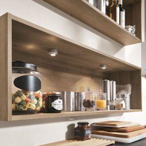 Kuchnia RIVA oferuje wiele funkcjonalnych rozwiązań, w tym ruchome punkty LED w otwartych szafkach górnych. Fot. Nobilia