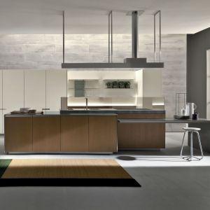 Tradycyjne szafki kuchenne zastępują także panele dekoracyjne, na których możemy zawiesić otwarte półki, ulubione grafiki, a nawet telewizor. Wykonane z wysokiej jakości materiałów same w sobie stanowią atrakcyjny element wystroju kuchni. Fot. Kari Mobili