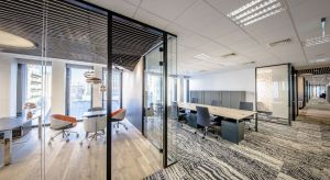 Zaprojektowane przez Royal Arts biuro w Hali Koszyki to zręczne połączenie ergonomii, nowoczesności i dobrego gustu. Odnajdziemy w nim projekty Toma Dixona w postaci niecodziennych wykładzin oraz znakomitego oświetlenia. Perełką są geometryczne s