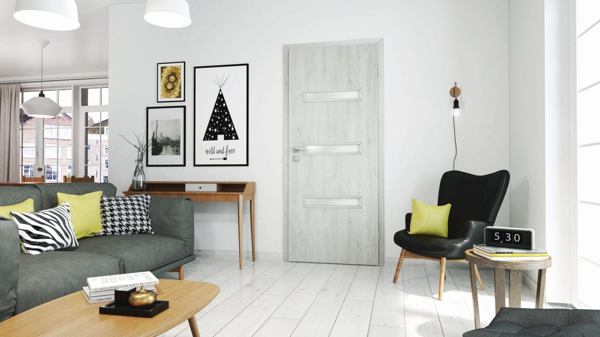 Drzwi wewnętrzne CENTURY z oferty RuckZuck w kolorze dąb szary rozjaśnią małe wnętrze. Dobrze komponują się z jasną podłogą. 293,97 zł. Fot. Classen