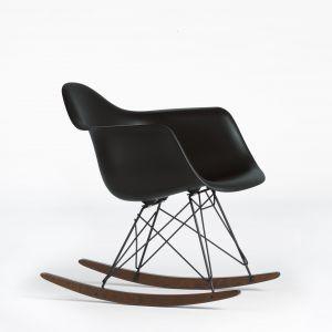 Kultowy fotel EPA RAR (Eames Plastic Armchair), bujany, proj. Charles & Ray Eames z 1950 roku. 2.075,32 zł. Fot. Vitra