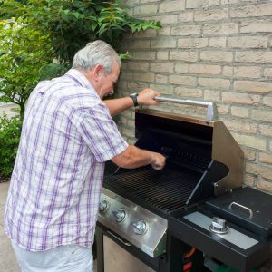 Tak jak w przypadku grilla węglowego, również w gazowym najważniejsze jest staranne oczyszczenie rusztu. Fot. mat. prasowe