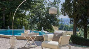 Gdy sprzyja pogoda, z chęcią przebywamy w ogrodzie i na tarasie. Komfortowy wypoczynek zapewniąogrodowe siedziska, stoliki czy parasole. Pomyślmy o nich jeszcze przed sezonem.