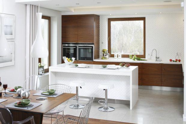 Biała kuchnia ocieplona drewnem. Przykłady z polskich domów