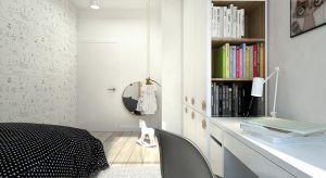 W tym małym, dziewczęcym pokoju akcentem dominującym jest drewniana zabudowa nad łóżkiem. Stanowi swego rodzaju strefę wyciszenia przed snem. Motyw drewna pojawia się również przy lustrze czy meblu – w postaci wnęki na półki oraz gałek w g