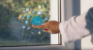 Nowe interaktywne okno pozwalające na prezentację treści multimedialnych to rewolucja na światowym rynku stolarki okienno-drzwiowej. Poza swoimi standardowymi funkcjami oferuje możliwość oglądania telewizji, korzystania z Internetu i pracy na pane