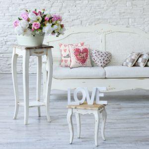 Dekoracyjne poduszki, drewniane dekoracje wykończone białym matowym lakierem, kosze na kwiaty, to dodatki w stylu prowansalskim. Fot. Eurofirany