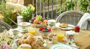 French Garden to kolekcja zastawy stołowej, w której dominują stonowane odcienie, tradycyjne formy oraz…kuszące, owocowe motywy, które nadają porcelanie rustykalnego charakteru.