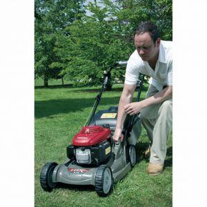Pielęgnacja trawnika. Honda_HRX476 VKE regulacja wysokości koszenia. Fot. Honda