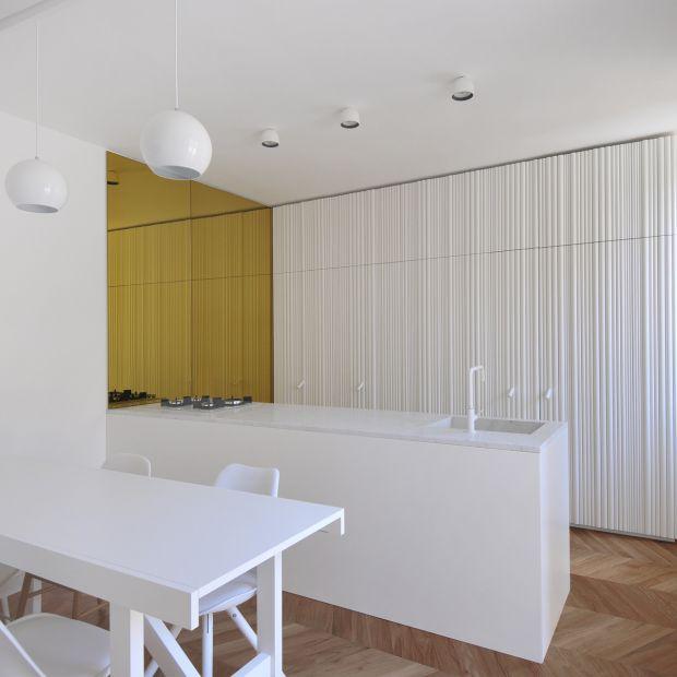 Jasne wnętrze: renowacja dwupoziomowego apartamentu