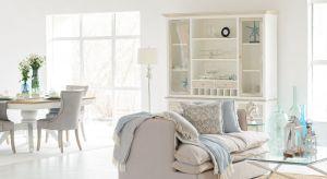 W letniej aranżacji nie może zabraknąć naturalnych tkanin z lnu i bawełny. Pledy, koce, pościel czy dywany z tych materiałów z pewnością uprzyjemnia wypoczynek.