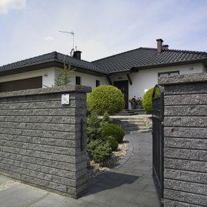 Ogrodzenie z kształcie muru samonośnego. Fot. Pozbruk