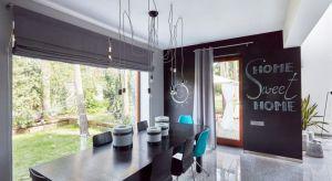 Latem najważniejsze przy aranżacji okna są rolety i zasłony, które, odpowiednio dobrane, zapewnią optymalny przepływ promieni słonecznych. Poza rodzajem wykorzystanego materiału znaczenie ma również kolor tkaniny.