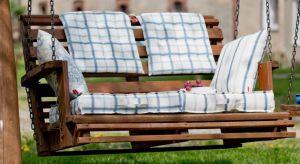 Długie, ciepłe letnie wieczory sprawiają, że z coraz większą przyjemnością spędzamy czas na zewnątrz. Częściej wolimy zjeść kolację lub urządzić przyjęcie na tarasie albo usiąść wieczorem z książką i kubkiem herbaty na balkonie ni�