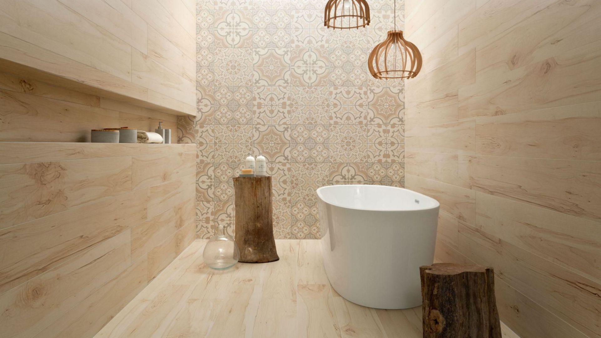 Aranżacja łazienki: płytki jak drewno zaprojektowane przez Macieja Zienia. Fot. Tubądzin