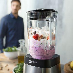 Świetnym sposobem na zwiększenie ilości warzyw i owoców w codziennej diecie jest przygotowywanie smacznych koktajli i smoothies w domu. Pomogą w tym blendery kielichowe. Fot. Philips