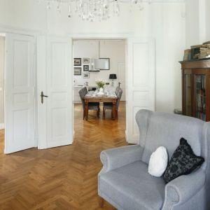 Drewniana podłoga w salonie. Projekt: Iwona Kurkowska, Fot. Bartosz Jarosz