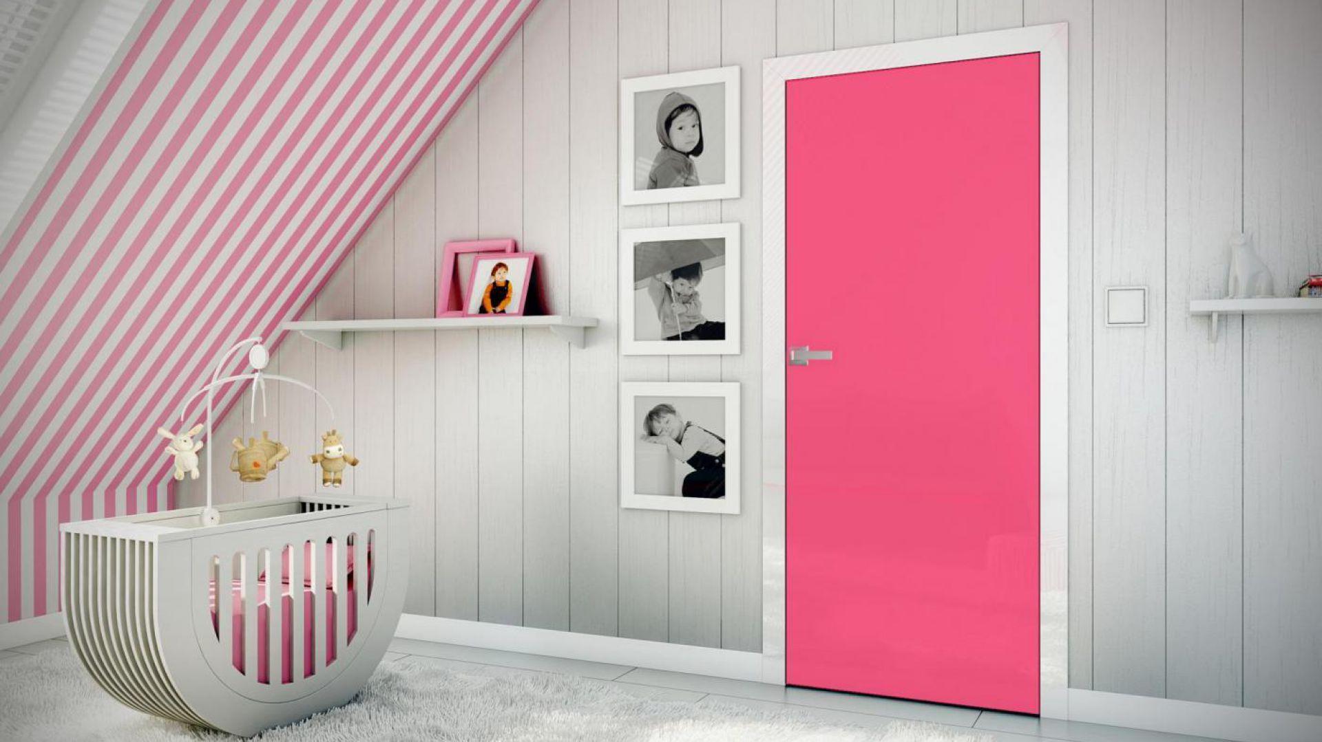 Aranżacja z drzwiami PŁASKIE bezprzylgowe malowane z opaskami w okleinie white glossa. Fot. Inter Door