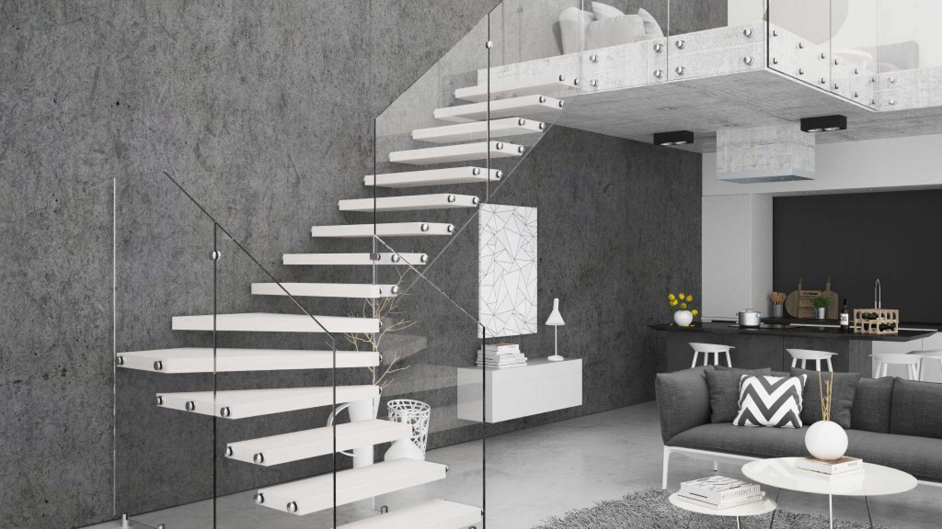 Schody Aira ze stopniami z mozaiki bukowej w kolorze białym oraz szklaną balustradą. Fot. Rintal Polska