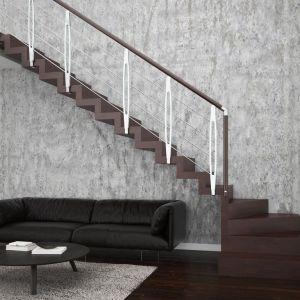 Schody Otto oparte na konstrukcji drewnianej, ze stopniami z mozaiki bukowej oraz balustradą chromowaną Leaf Metal. Fot. Rintal Polska