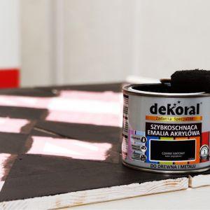 Wzór można wykonać naklejając na pomalowaną powierzchnię taśmę malarską. Fot. Dekoral / Pani to potrafi