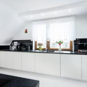 W pomieszczeniu ze skosami sprawdzi się kuchnia bez górnej zabudowy. Fot. Studio Max Kuchnie A&K
