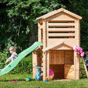 Wykonany z suchego drewna świerkowego domek Wojtek o powierzchni użytkowej 1,1 m2 to prawdziwy raj dla maluchów. Do domku dołączona została zadaszona platforma ze ślizgiem. Fot. 4IQ