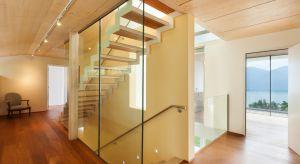 Schody to element mieszkania, którego umiejscowienie w zasadniczym stopniu rzutuje na jego rozkład. Jeśli podejdziemy do nich z pomysłem, staną się nie tylko drogą na wyższe kondygnacje, ale również ozdobą domu.