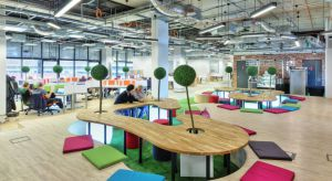 To miejsce do pracy miało kojarzyć się z innowacyjnością, biznesem oraz nowymi technologiami. Aż 5 tys. mkw. znajduje się na 2 piętrach, na których może pracować nawet 700 osób. Zobacz, jak wygląda przestrzeń biurowo-coworkingowa Business Li