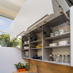 Dzięki wytrzymałym półkom w kuchniach KAMPlus, nie musimy obawiać się, że meble nie wytrzymają ciężaru kompletu talerzy. Fot. KAM