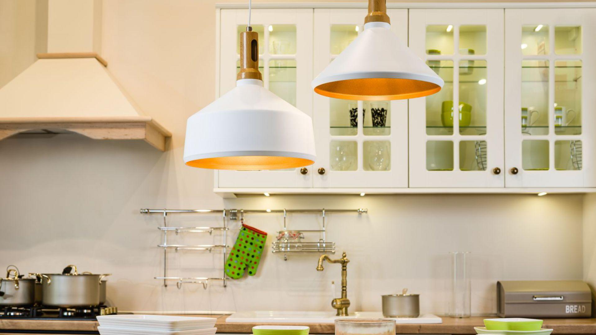 Nad wyspą możemy umieścić 2-3 lampy wiszące, które nadadzą temu miejscu charakteru, a jednocześnie dobrze zaakcentują przestrzeń roboczą. Na zdjęciu model Selena. Fot. Britop Lighting