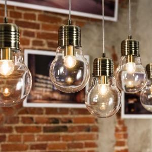 Lampy przypominające duże żarówki to modny akcent aranżacyjny. Na zdjęciu model Bulb Patyna. Fot. Britop Lighting