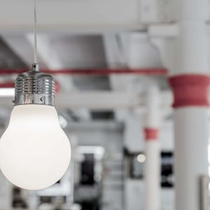 Lampa Bulb w kolorze białym. Fot. Britop Lighting