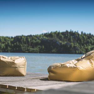Fotele w złotym kolorze będą uzupełnieniem tarasu utrzymanego w stylu glamour. Fot. Pufy.pl