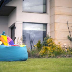 Fotele ogrodowe łączące wiele odcieni to aranżacja dla przestrzeni retro. Fot. Pufy.pl