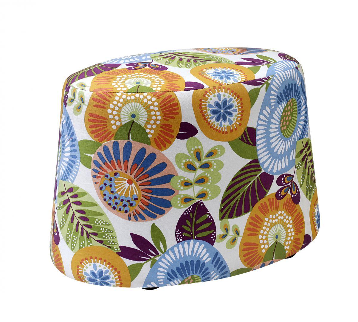 Kolorowy puf Nap wykończony tkaniną w kwiaty ożywi wnętrze. Fot. Swarzędz Home