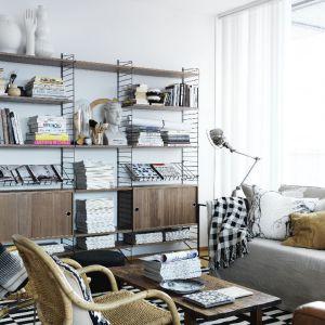 Regał z metalowych prętów to modny skandynawski element wyposażenia wnętrza. Fot. String