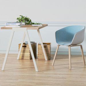 Kubełkowe krzesła i stolik na cienkich nóżkach. Fot. Borcas