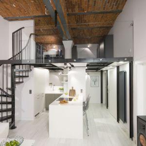 Małą kuchnię warto połączyć z salonem. Wyda się wówczas bardziej przestronna. Projekt: Szymon Chudy. Fot. Bartosz Jarosz