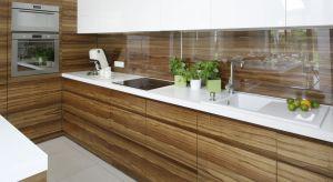 Drewno w kuchni gości nie od dziś. Pomysłów na jego wykorzystanie jest wiele. Jednym z nich może być nadanie drewnu połysku. Zobaczcie jak zrobili to projektanci wnętrz.