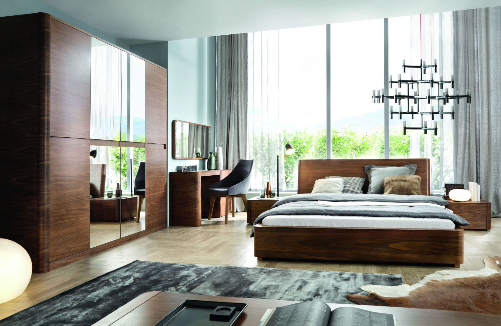 Szafa z kolekcji Varadero zachwyca dużą taflą lustra, dzięki czemu optycznie powiększa pomieszczenia. Fot. Paged