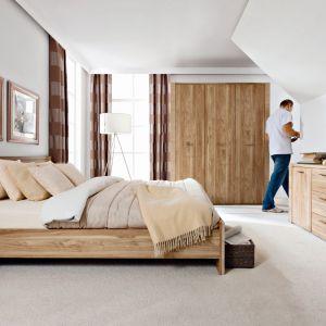 Meble do sypialni Raflo charakteryzują się delikatnym, jasnym odcieniem drewna i zdobionymi bokami brył. Fot. Black Red White