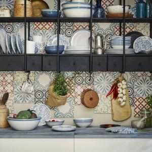 Unikalna zastawa stołowa FINSTILT z wzorami, detalami i wypukłym wzorem nawiązuje do tradycyjnej techniki zdobienia. Fot. IKEA