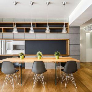 Inwestorzy chcieli, aby ich kuchnia była częściowo otwarta, dlatego też w monolicie powstało okno, przez które można spoglądać na salon. Projekt: Brain Factory – Architecture & Design. Fot. Marco Marotto