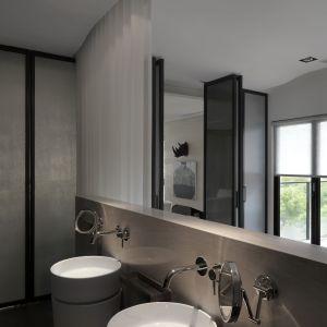 Otwarci stref zapewniło swobodną wędrówkę światło po pomieszczeniach i możliwość podziwiania widoków za oknami z niemal każdego miejsca w apartamencie – nawet z łazienki. Projekt: JC Architecture. Fot. Kevin Wu
