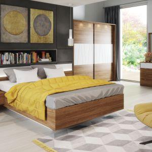Łóżko z kolekcji Zefir posiada zintegrowane półki nocne. Fot. Szynaka Meble