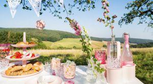 Letnia aura sprzyja wypoczynkowi na świeżym powietrzu. Piknik w ogrodzie czy grill na tarasie to doskonały pretekst, by wyjść z domu i dobrze się bawić na łonie natury. A przy okazji zjeść coś pysznego.<br /><br />