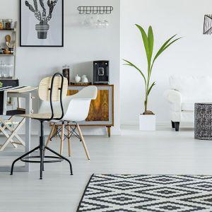 Salon w stylu skandynawskim to modny sposób urządzania wnętrza. Fot. Ogniochron