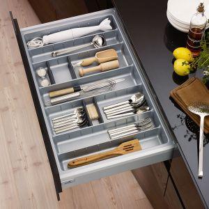 W szerokiej szufladzie oprócz sztućców zmieszczą się również przybory kuchenne. Utrzymanie porządku ułatwią specjalne organizery, w których przewidziano miejsce na niezbędne przedmioty. W ten sposób zawsze będą na swoim miejscu. Fot. Hettich