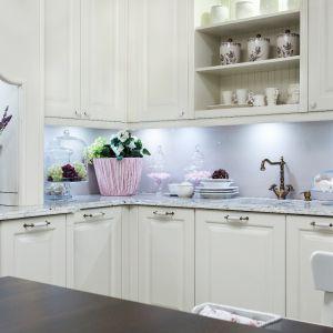 Chcąc określić kuchnię w stylu wiktoriańskim za pomocą trzech słów byłyby to: bogactwo, przepych i mnóstwo dekoracji. Fot. Studio Max Kuchnie Vigo